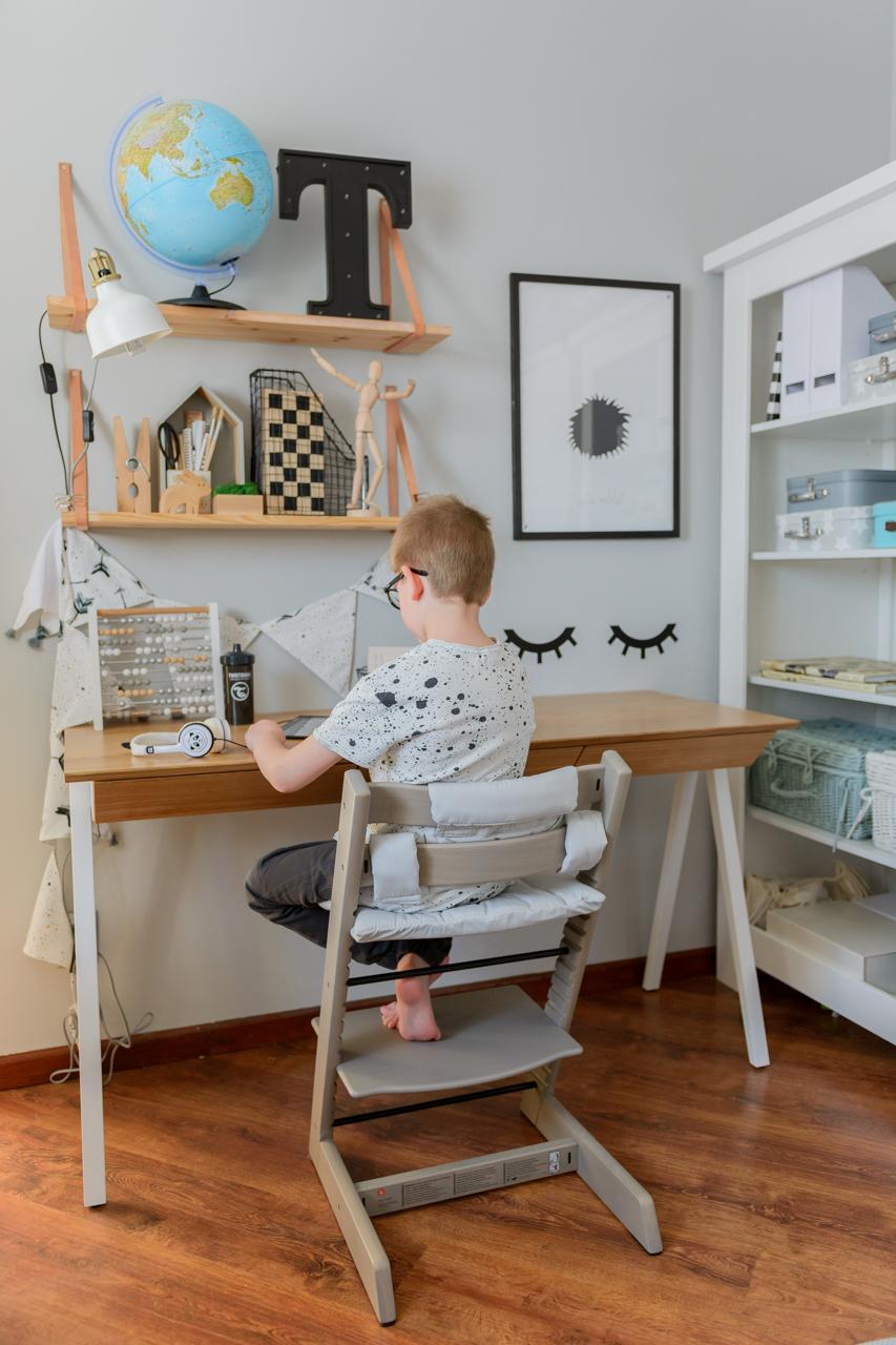 biurko szkolne, postawa dziecka przy biurku