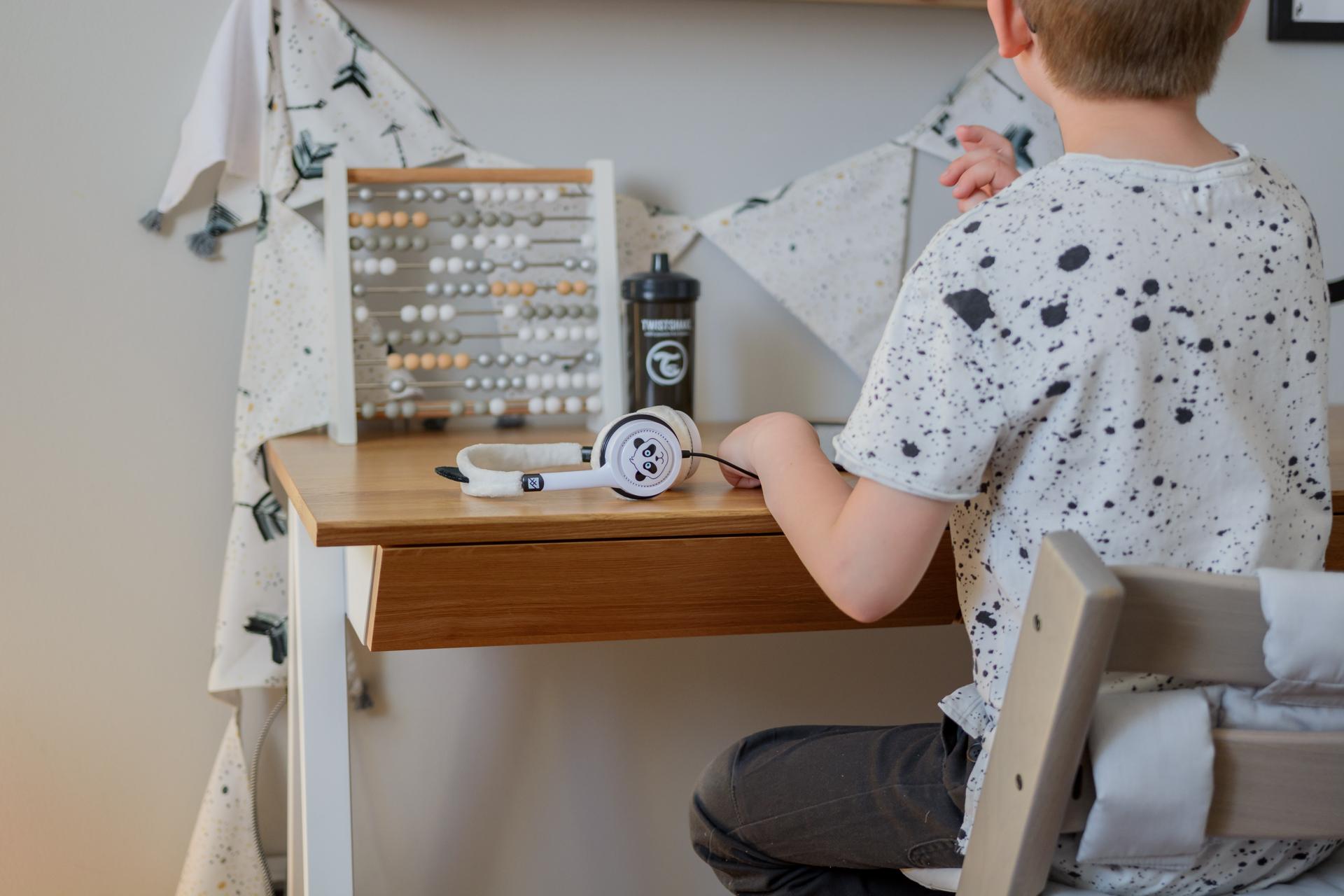 biurco, postawa dziecka przy biurku