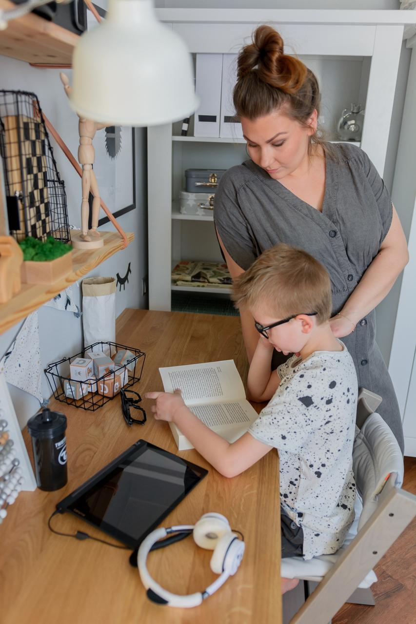 odrabianie lekcji, postawa dziecka przy biurku
