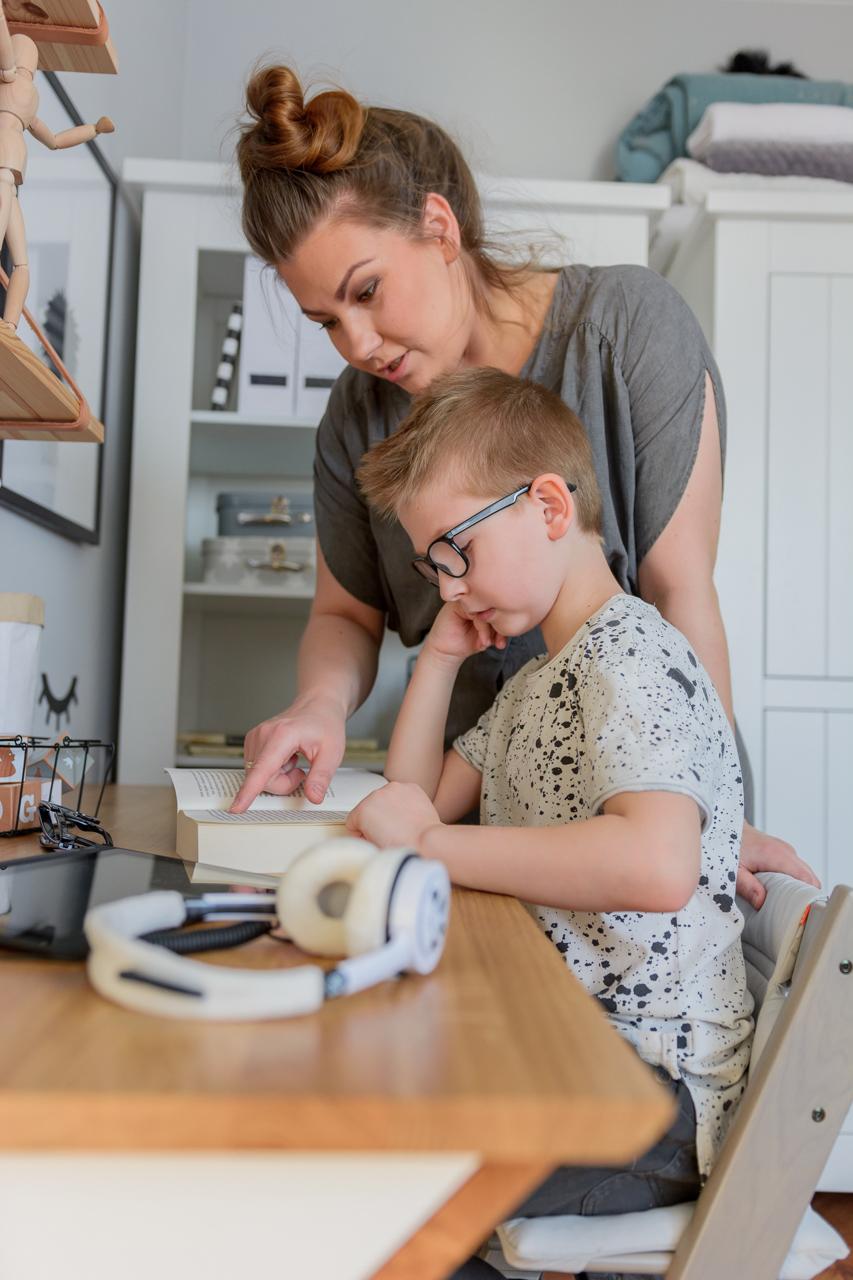 odrabianie pracy domowej z dzieckiem, postawa dziecka przy biurku