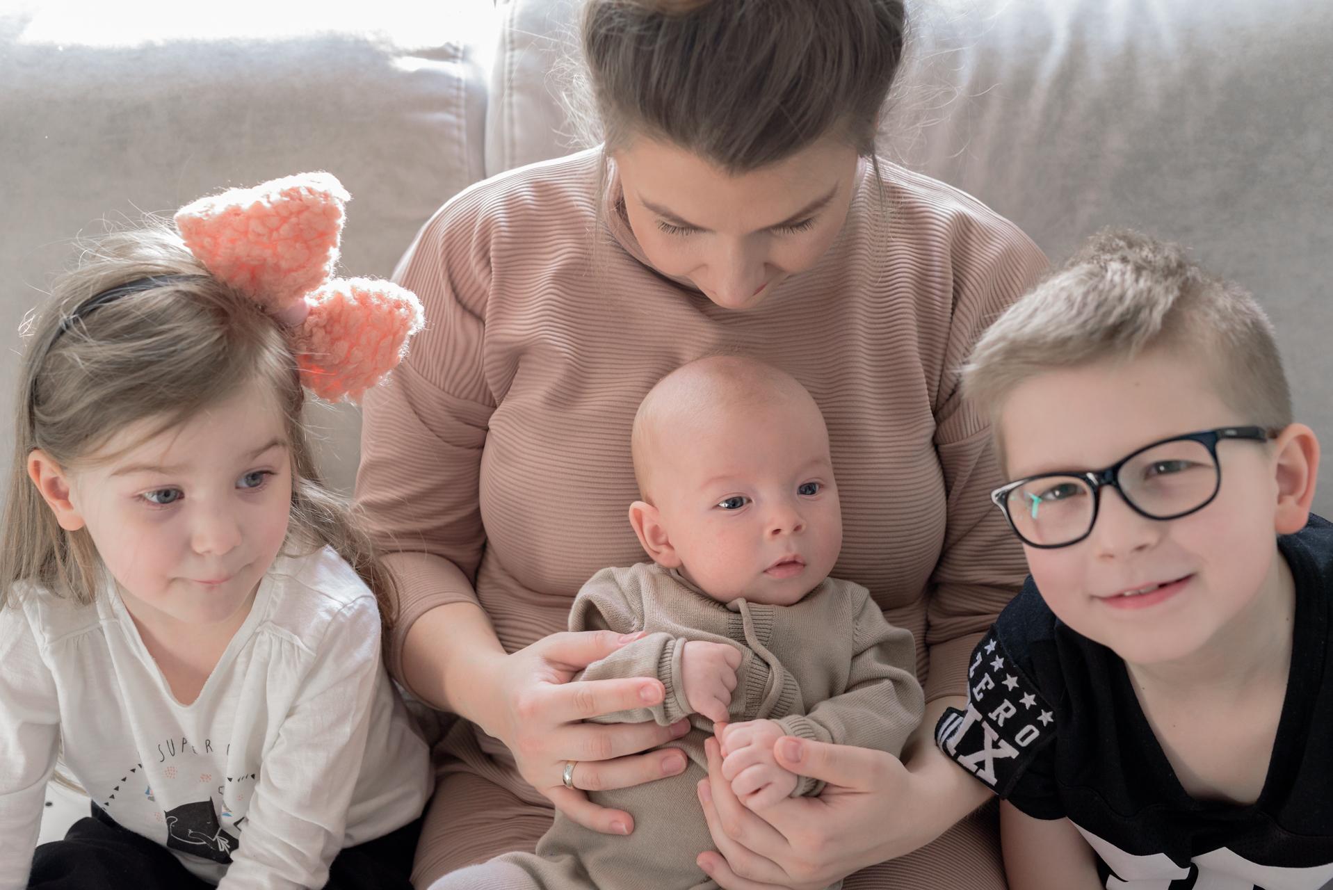 troje dzieci, macierzyństwo