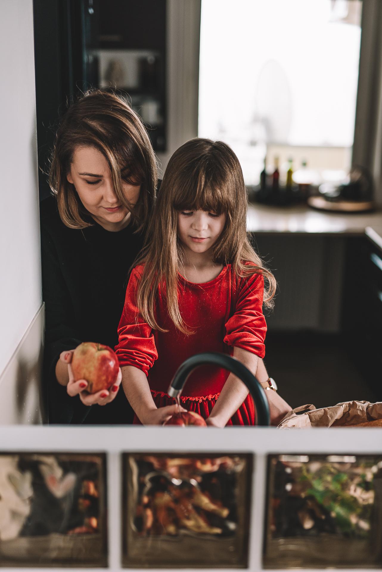 mama i corka w kuchni
