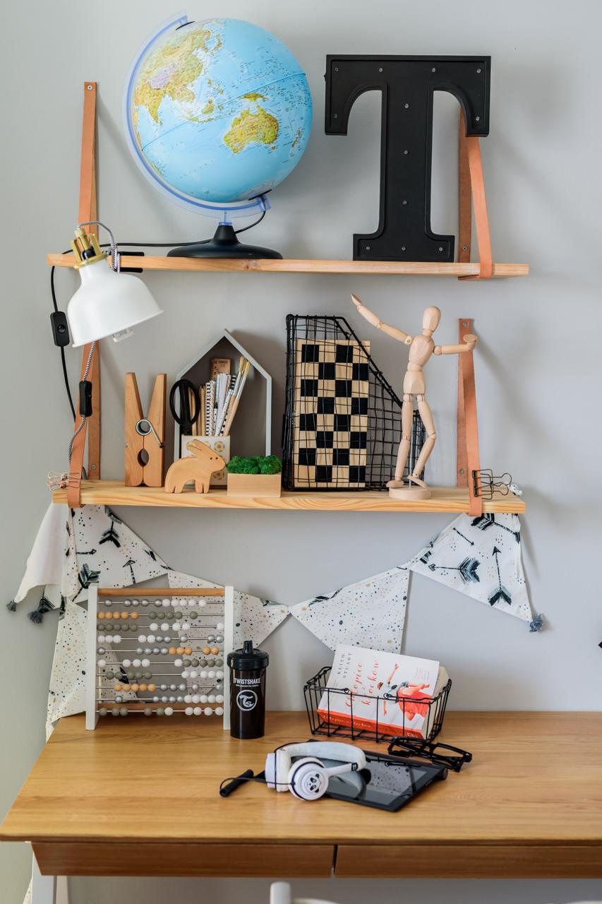 półka drewniana, postawa dziecka przy biurku