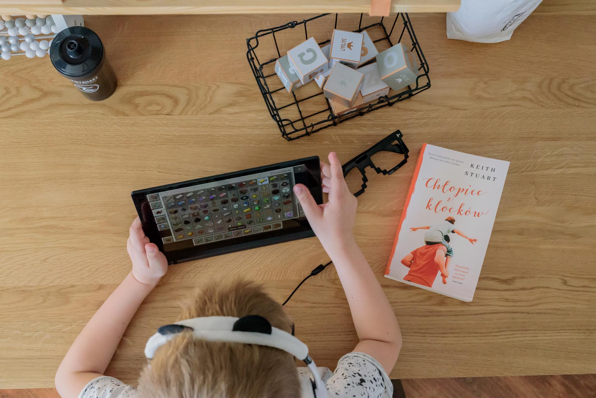 tablet lenovo, postawa dziecka przy biurku