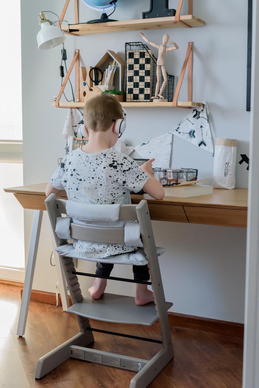 Krzesełko stokke, postawa dziecka przy biurku